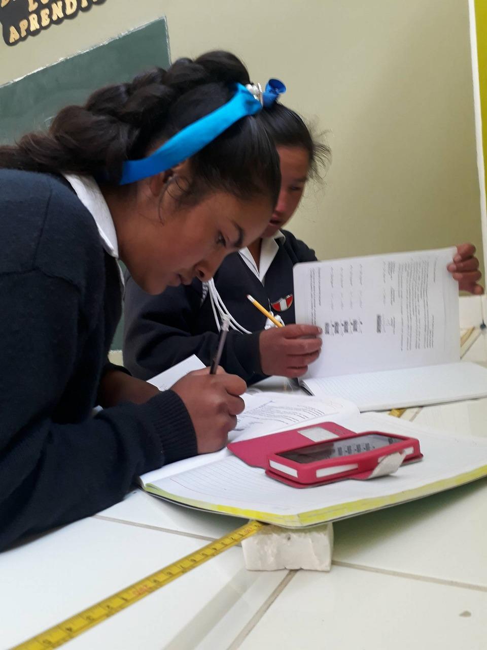 DEJANDO HUELLA EN LAS CIENCIAS    PEP: Lorena Apaza - Química  GRADO: 1ro a 5to de secundaria  REGIÓN: Ancash   Potenciar el interés y capacidades en ciencia, tecnología y ambiente de los estudiantes de Huari.