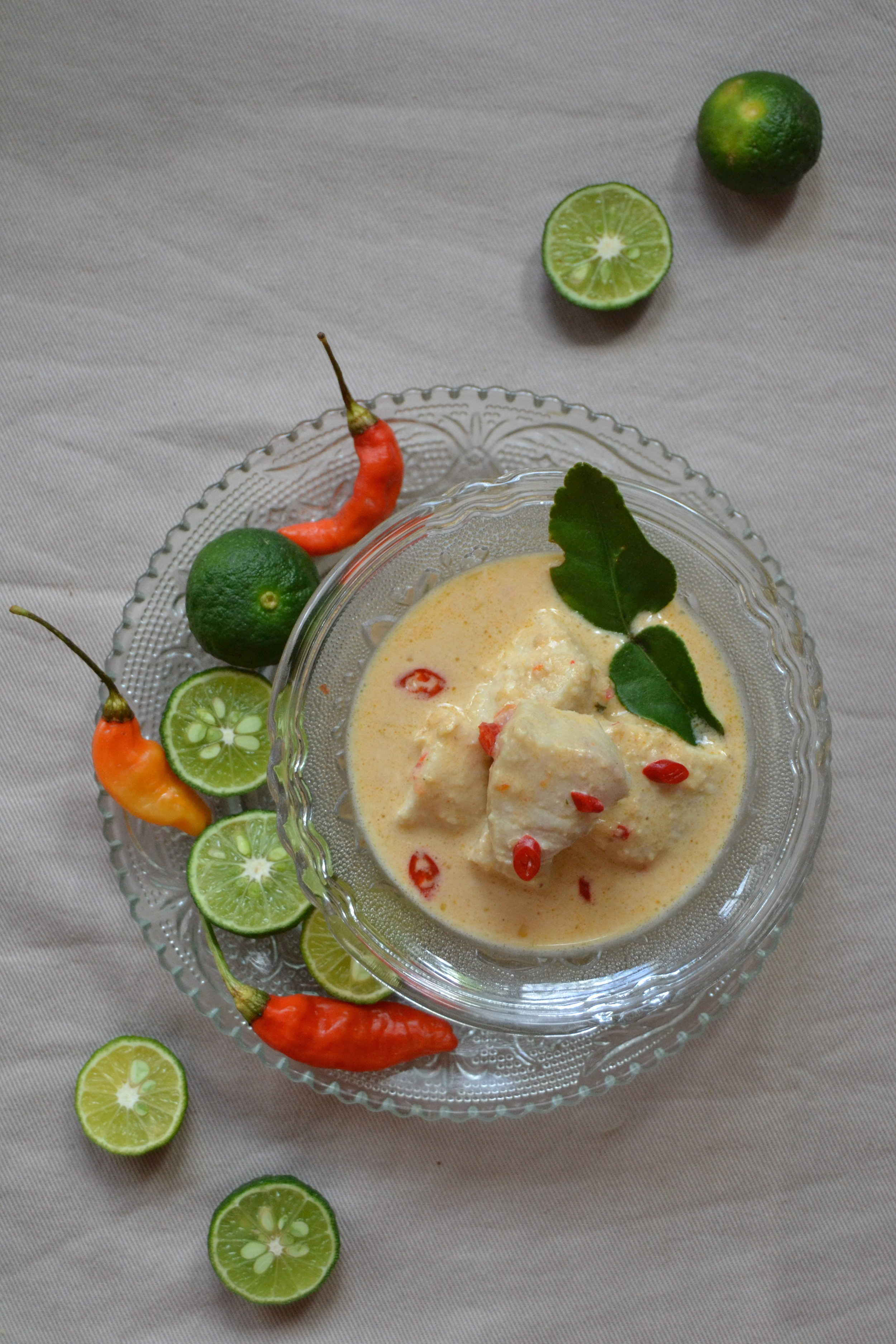 Curry piccante di pesce al cocco e kaffir lime