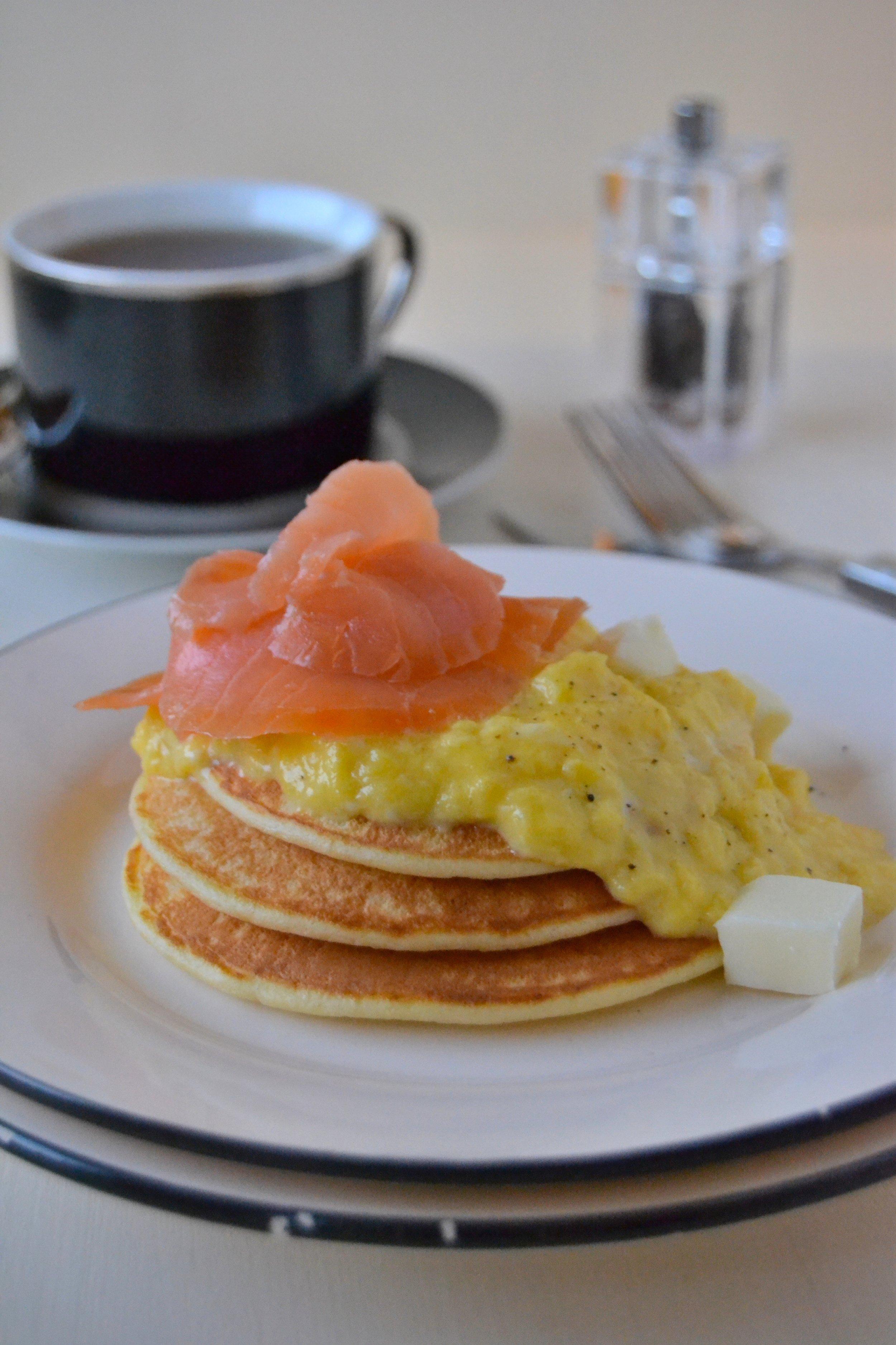 Pancake di ricotta con uova strapazzate e salmone