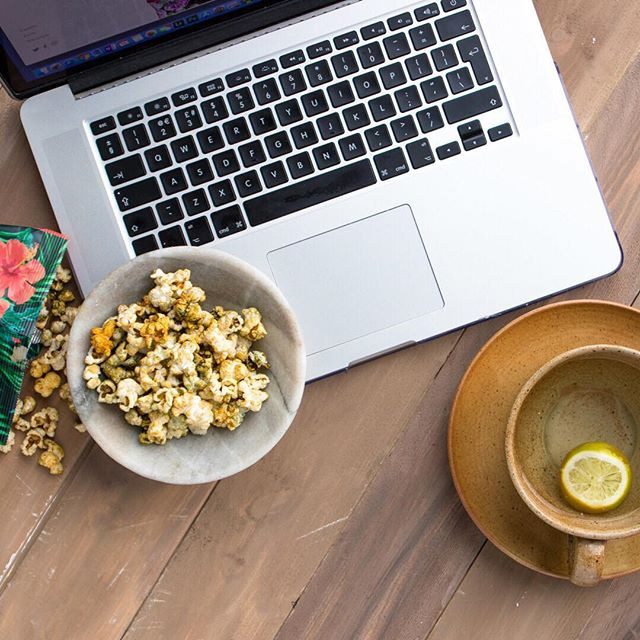 Tuesday morning desk vibes with some spicy popcorn and cleansing lemon tea 🙌🏼 #ninaspopcorn