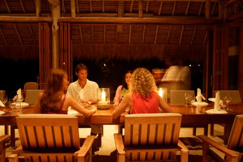 Nikoi-Island-Indonesia-dining_K5X8408-500w.jpg