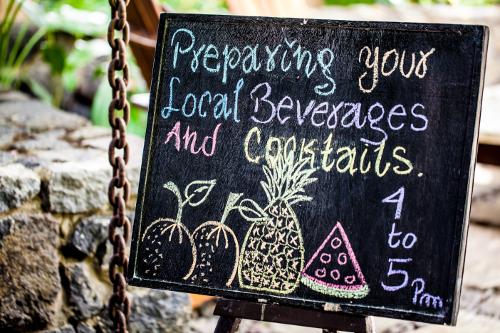 Jicaro-Island-Nicaragua-dining-board-NIC_131213_00094-500w.jpg