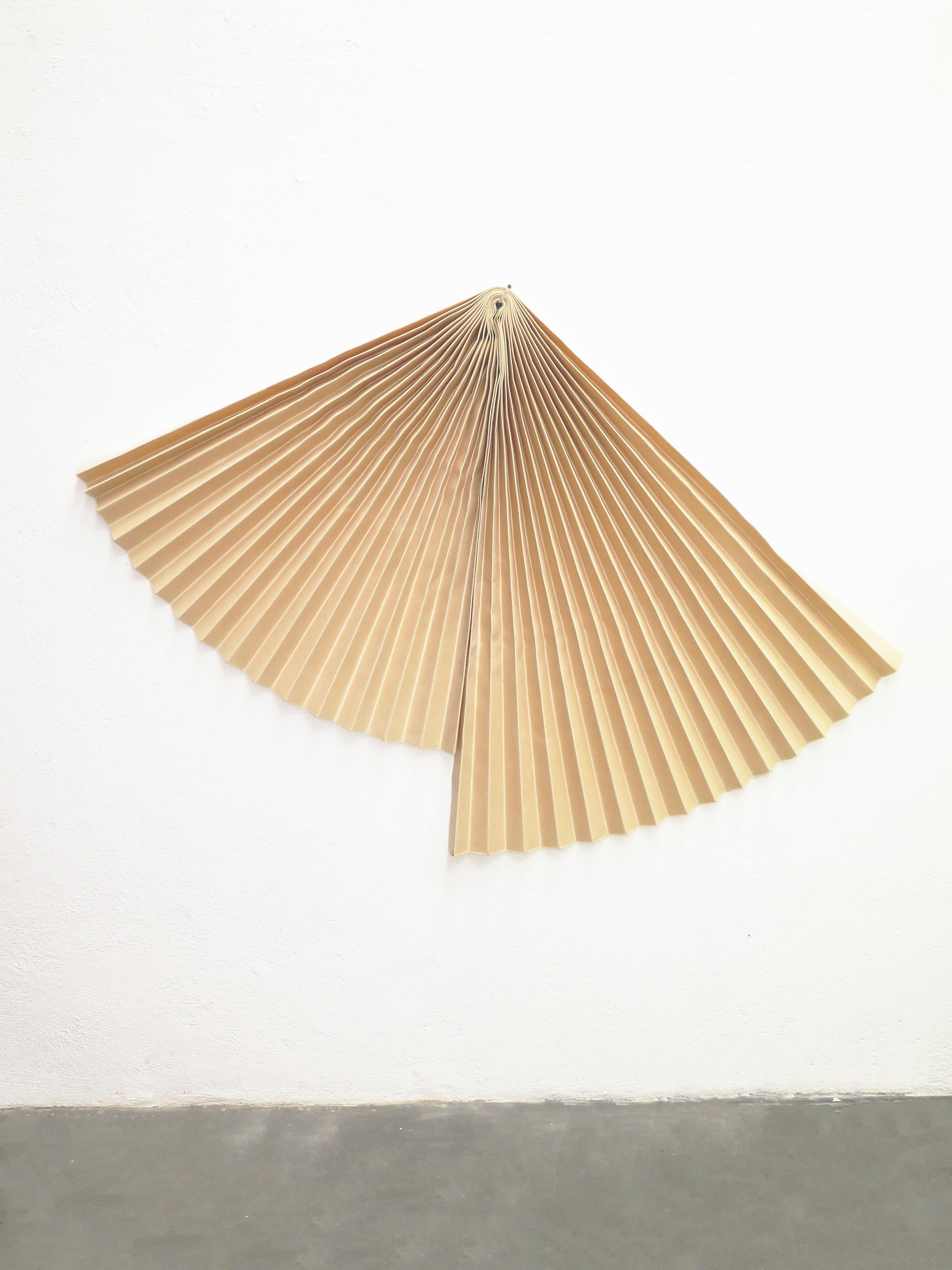 Mano penalva, Acorde, Acordo, 2019, Lona e vidro, 106 x 156 x 24 cm chao.jpg