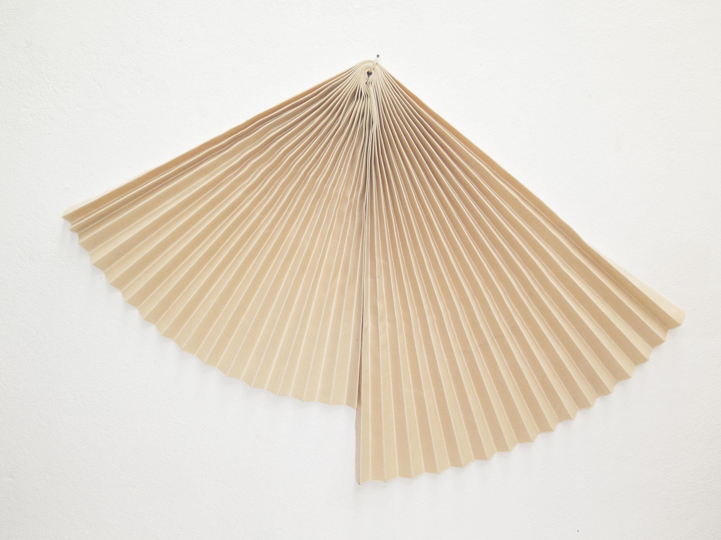 Mano penalva, Acorde, Acordo, 2019, Lona e vidro, 106 x 156 x 24 cm.jpg