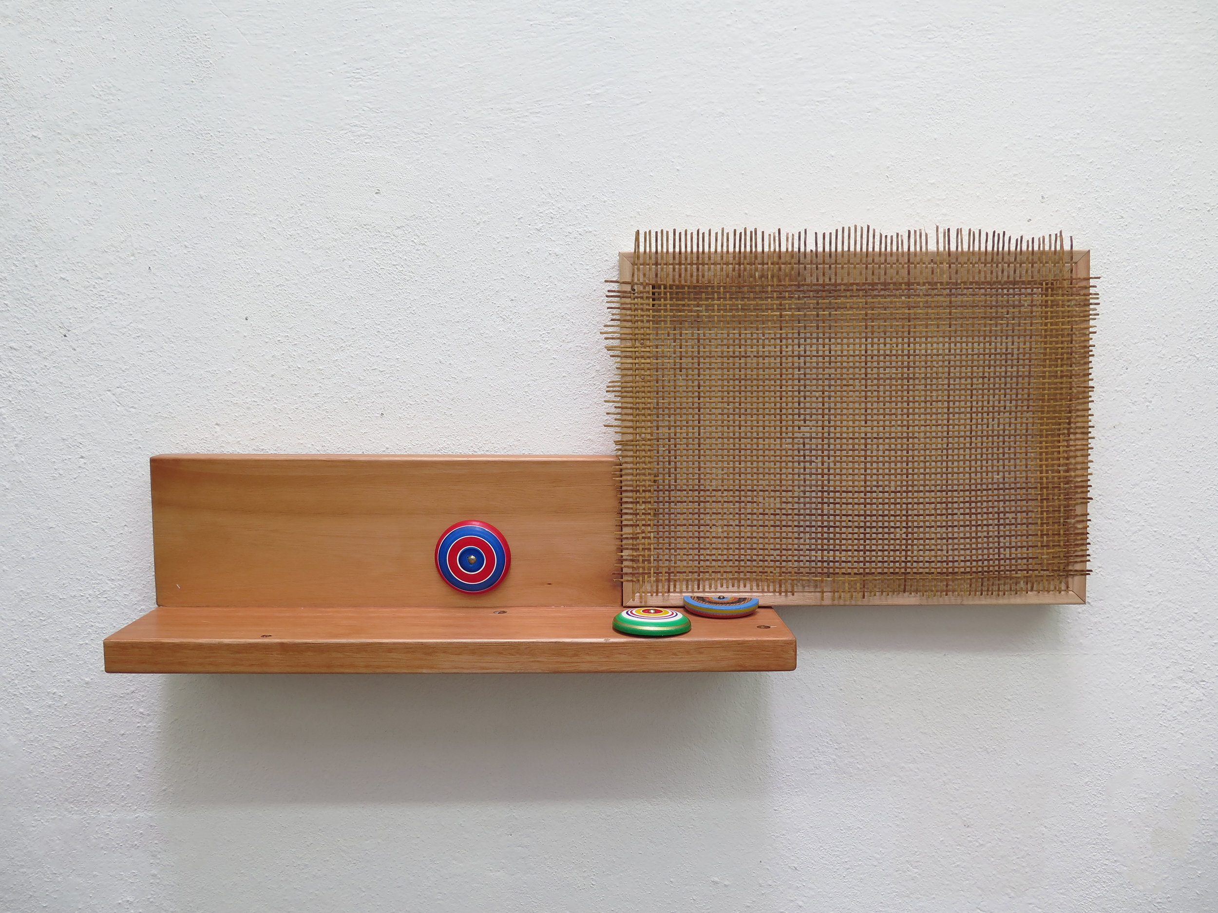 Mano Penalva, Palhinha, 2019, Palhinha, madeira, prego e iôiô, 39 x 88 x 15cm - cópia.jpg
