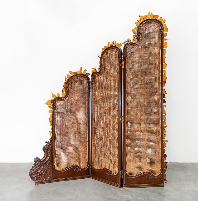 Mano Penalva, Tribeira, Casa de Andar, 2019, Biombo e cacos de vidro, 195 x 160 x 15 cm-2.jpg