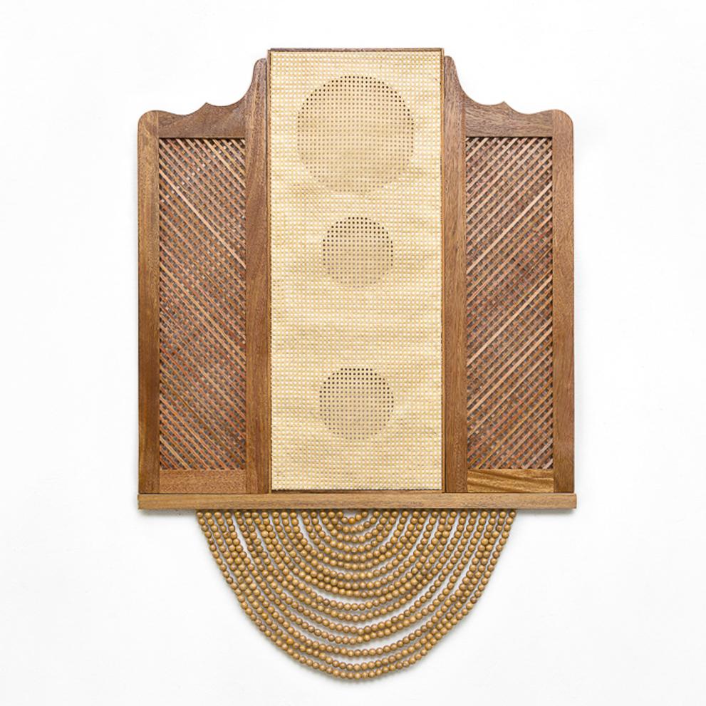 Mano Penalva, Bang Bang, Ventana, 2019, Porta bang bang, palhinha, cortina bolinha de madeira e chassi, 190 x 130 cm-2.jpg