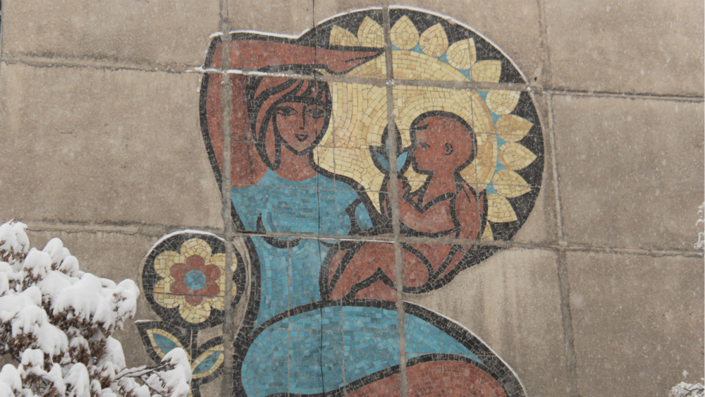 Mosaic on the crossing of Frunze and Suiunbaeva streets. Author unknown.