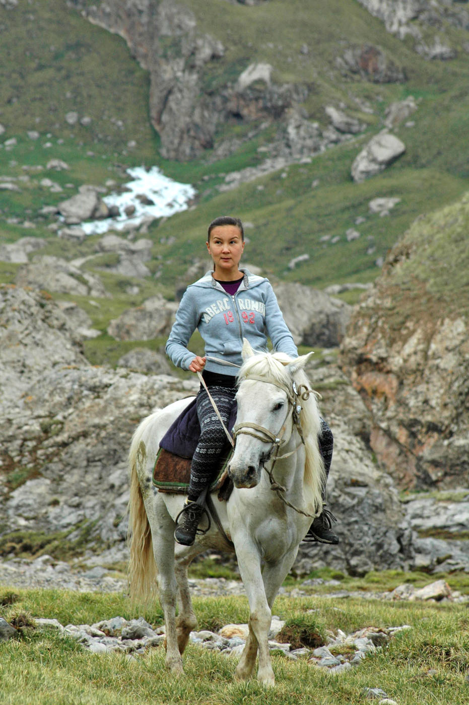 And Alina has quickly found a horse for herself. As they say in our country, 'a Kyrgyz girl is waiting for a prince on a white and delicious horse'.   Photo: Azamat Imanaliev