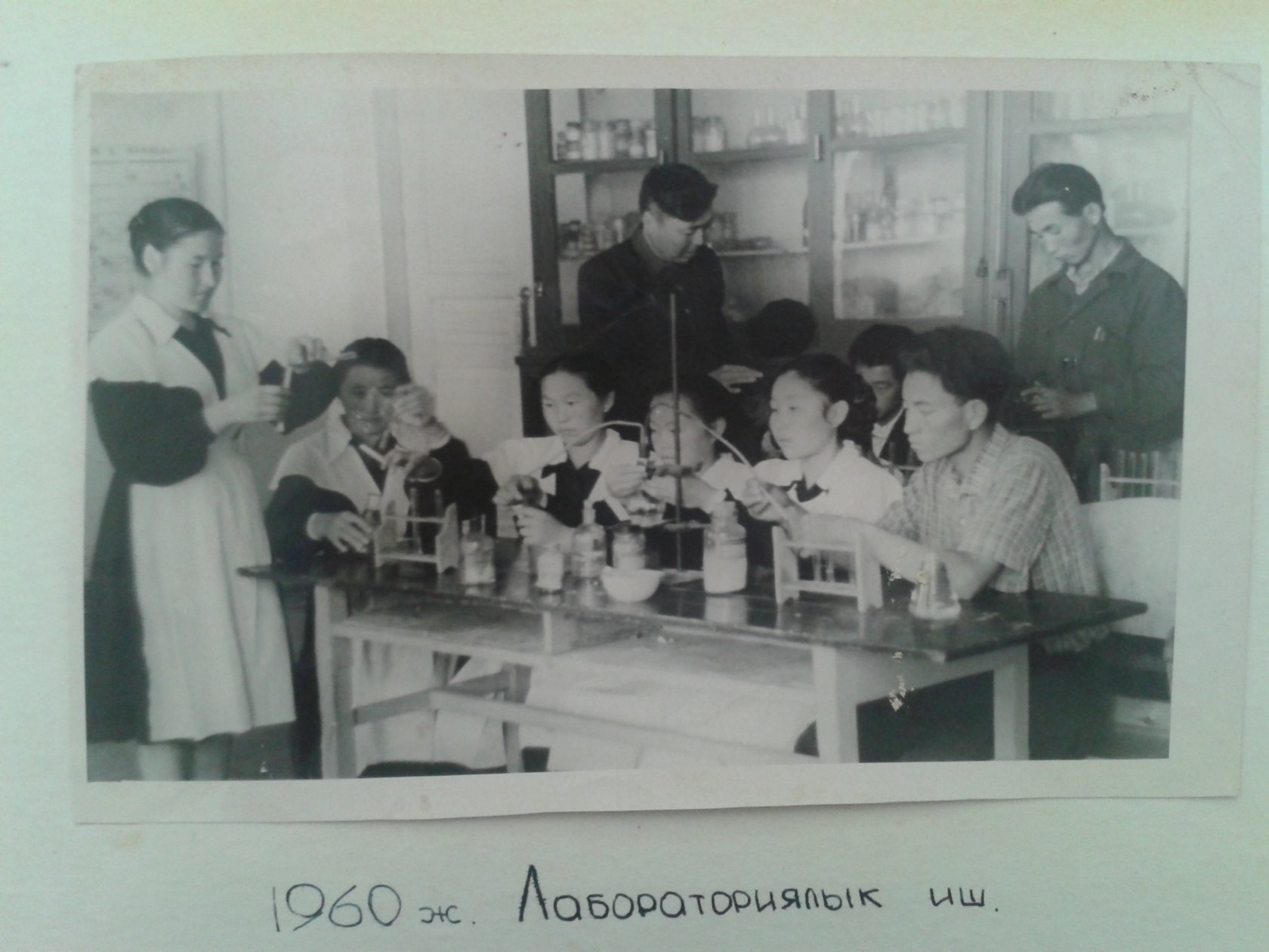 Students in a laboratory, 1960.