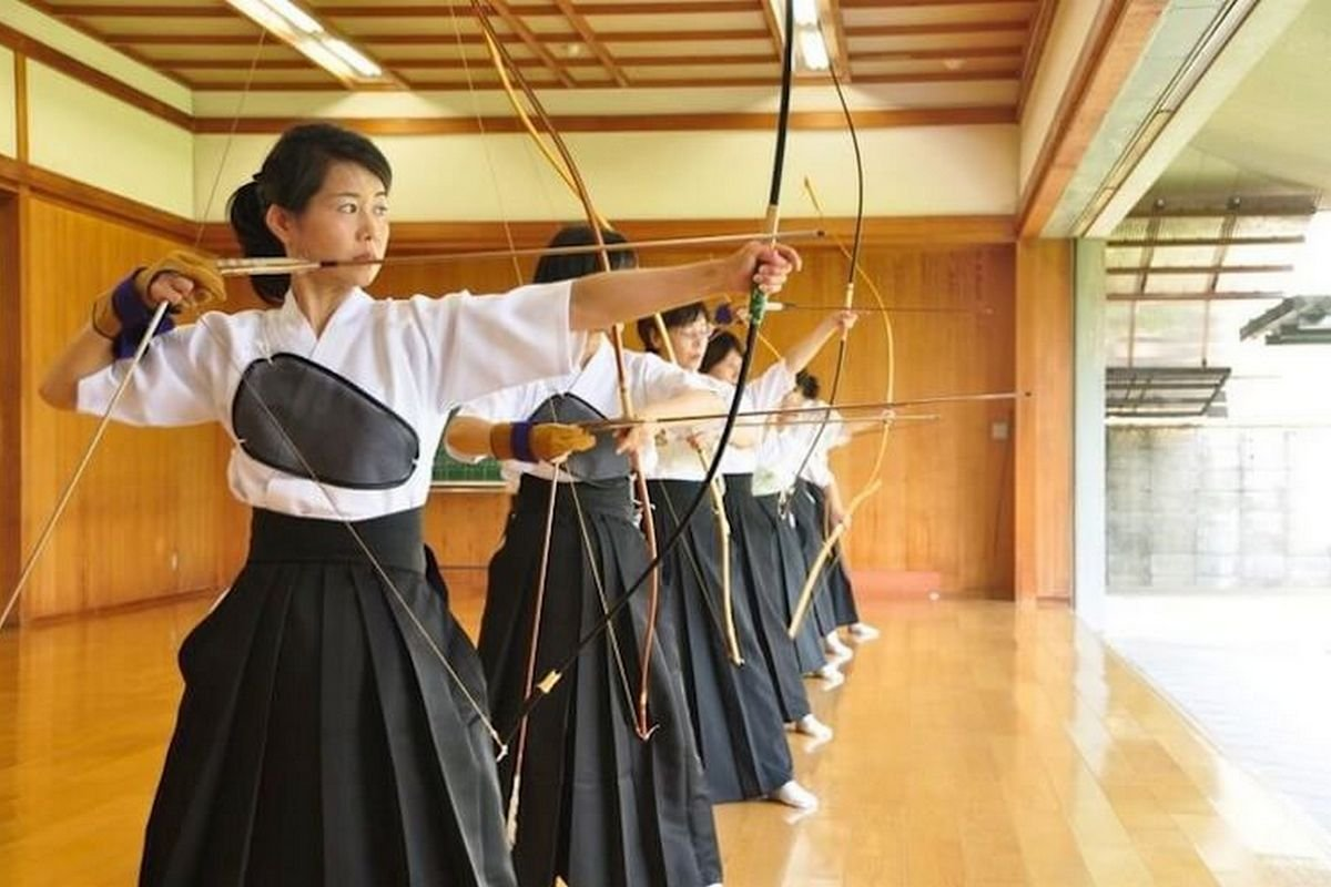 - There will be several competitions on national archery (according to the rules, bows should be made exclusively of natural materials). In gungdo, national Korean archery, archers shoot from a distance of 145 meters at three targets, each about 2 meters wide. Each athlete releases 15 arrows, each arrow must be released within 30 seconds.