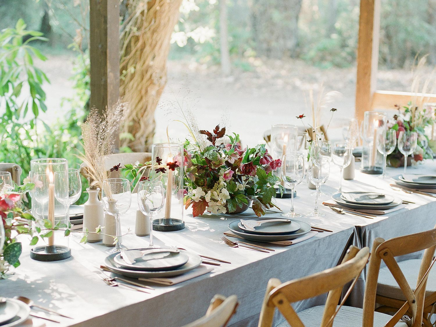 LATE SUMMER IN CALIFORNIA MEANS BEAUTIFUL SANDY COLORED GRASSES AND WILD PEE GEE HYDRANGEA IN ABUNDANCE. I LOVE THE WAY THIS TABLESCAPE FEELS AIRY AND FEMININE WHILE THE TONES KEEPS THE COMPOSITION GROUNDED. -
