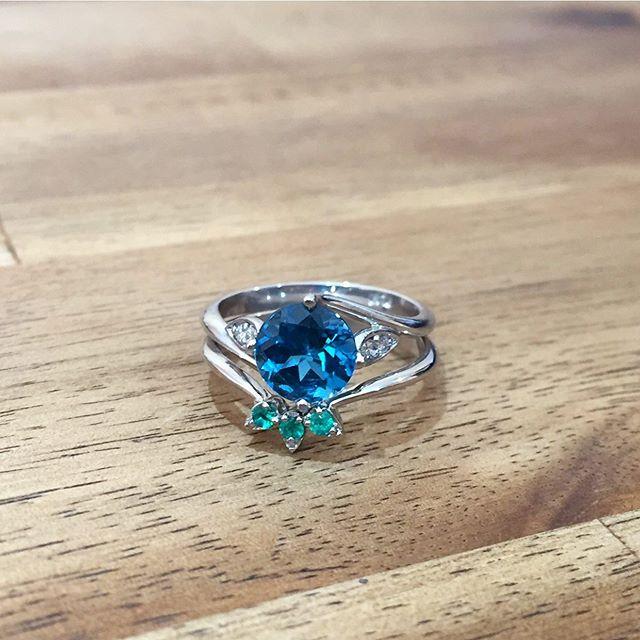 💚 A Vibrant Duo 💙 —————————- #sallyrosewhitelabel #bluetopaz #emeralds #bridalset #weddingring #engagementring