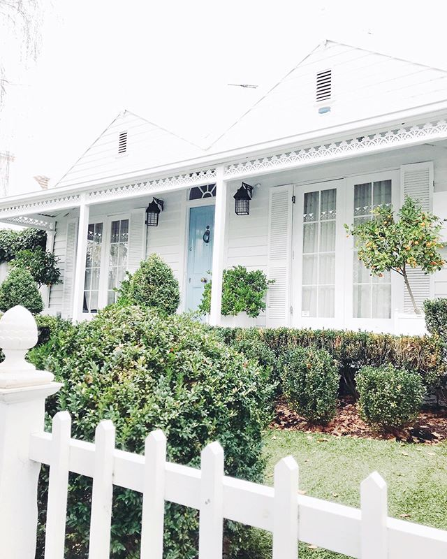 Forever spotting cute houses while I'm out and about sourcing! Now I need a blue door and cumquats- love! 🍊