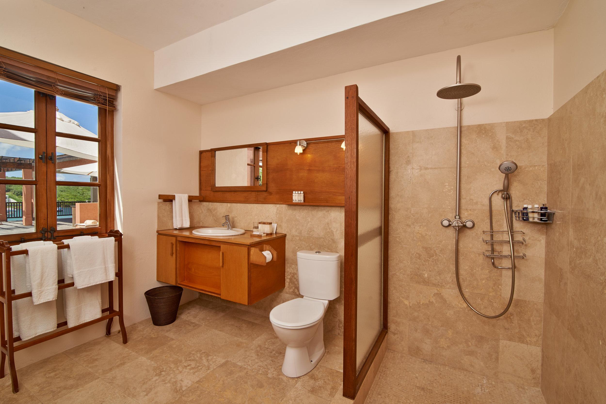 PoolHouse_bedroom1_bathroom.jpg