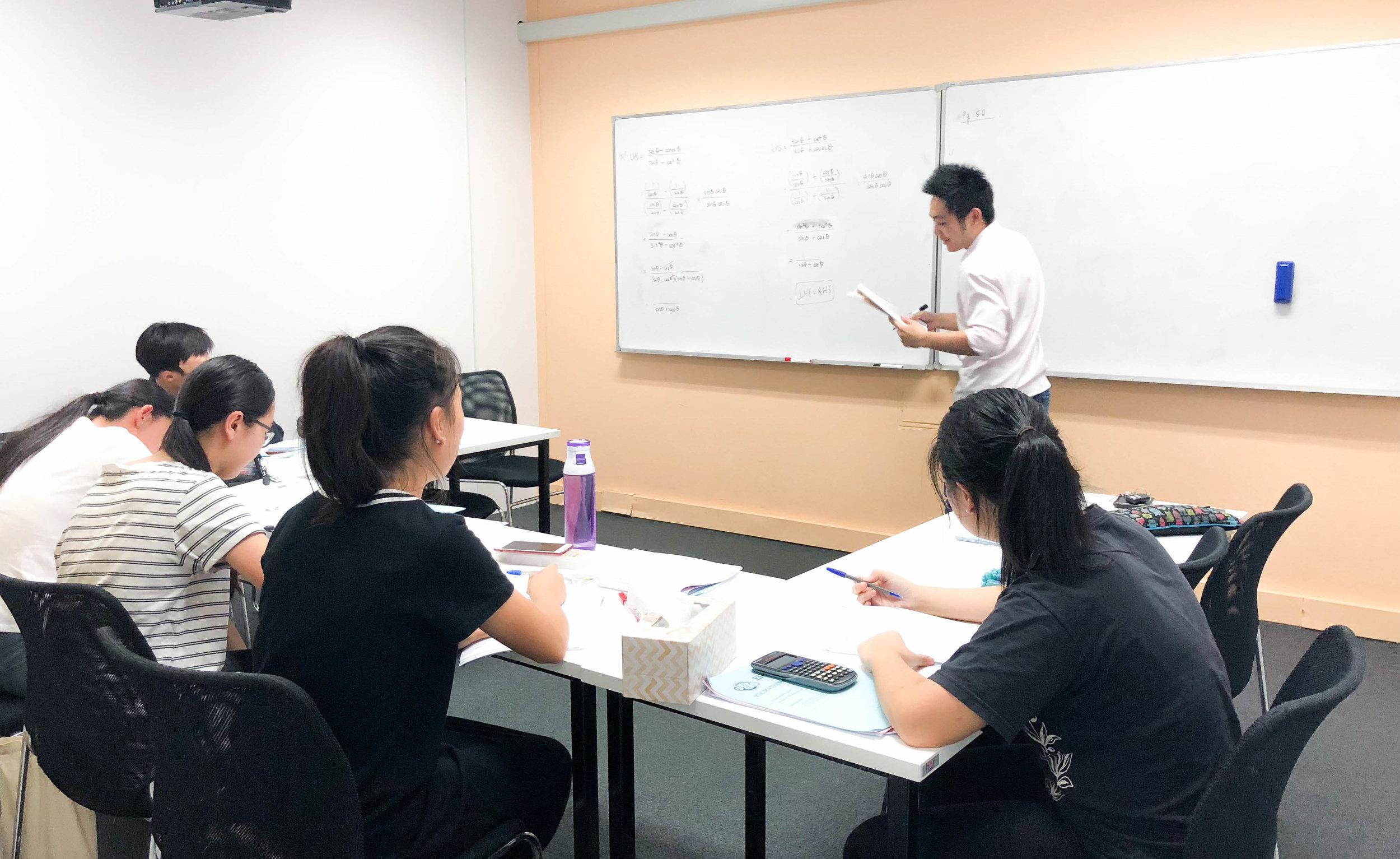 以学生为本 - EIM的导师会耐心的帮助学生,直到他们学会如何自己解题。 我们提倡有组织的计划和批判性思维。