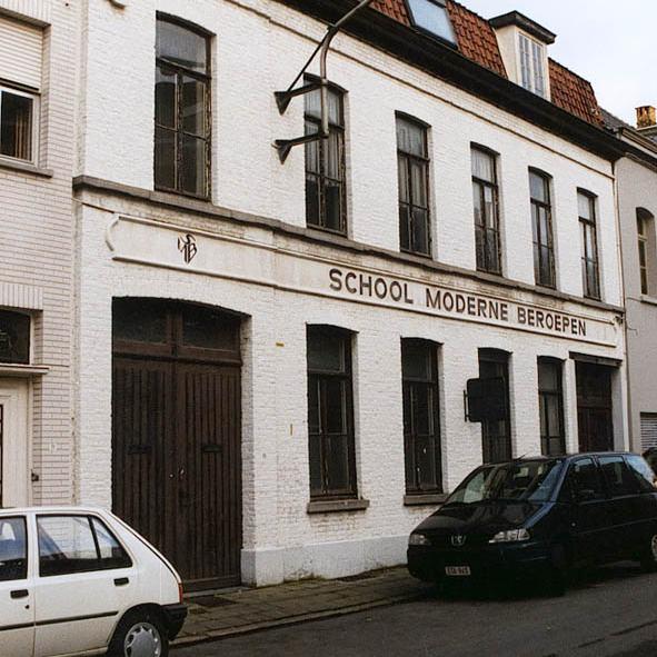 '85 Nicolas Sioen volgt een kappersopleiding aan de School voor Moderne Beroepen in Kortrijk en leert daar zijn echtgenote Kathy Macco kennen.