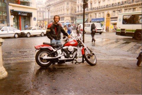92 Je ziet Nicolas Sioen met zijn beste vriend op zijn Harley. Ze coifferen miss België.