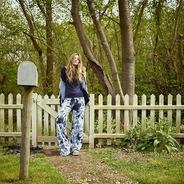 Amazing #johnsmedleyknitwear @jessmcguire_dudley . . . . #mailbox#picketfence#wildwoods#shootlocation#locationhouse#americanlook#wildgarden