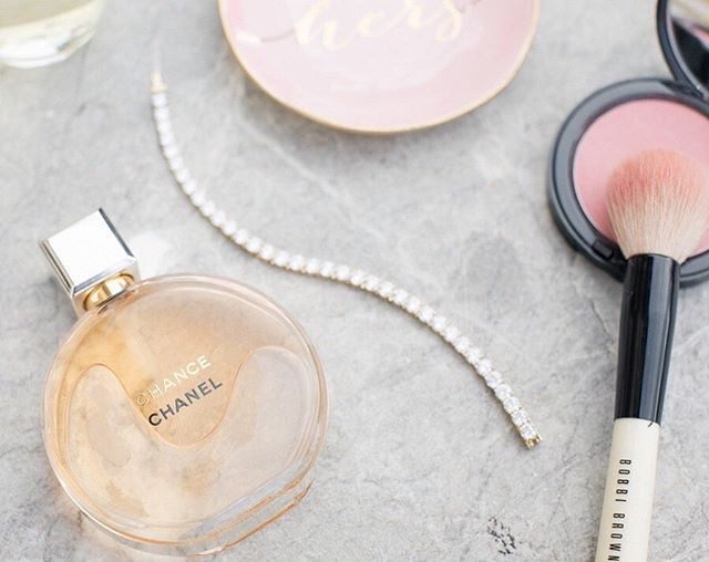 Does anyone else have a signature scent? Mine has always been Chanel Chance. I'd walk into a room and you'd know I'm there. I'm obsessed with it and I've worn in since high school. For my wedding day I wanted a different scent to remind me of one of the best days of my life! I chose @jomalonelondon's Peony and Blush. Pretty sure it was made just for me. Favorite Flower, favorite color, and the smell matched. It was perfection. Now every anniversary I spray a little of that beautiful floral scent and it takes me right back! ⠀⠀⠀⠀⠀⠀⠀⠀⠀ What is your signature scent? . . . . . . #meganquintanaartistry #yourbeautyunveiled #bepretty #takeachance #bridaybeauty #lifeisbeautiful #atlantamakeupartist #atlmua #northgeorgiaweddings #weddingdaymakeup #atlgirlgang #weloveatl #discoveratl #bridalperfume #weddingmakeup #weddingmakeuptips #pursuepretty #soloverly #modernluxury #luxurywedding #southerwedding #bekind #beyourbestself #strongisbeautiful #weddingday #ohhappyday #rise #communityovercompetition #loveislove #blissfulbeauty