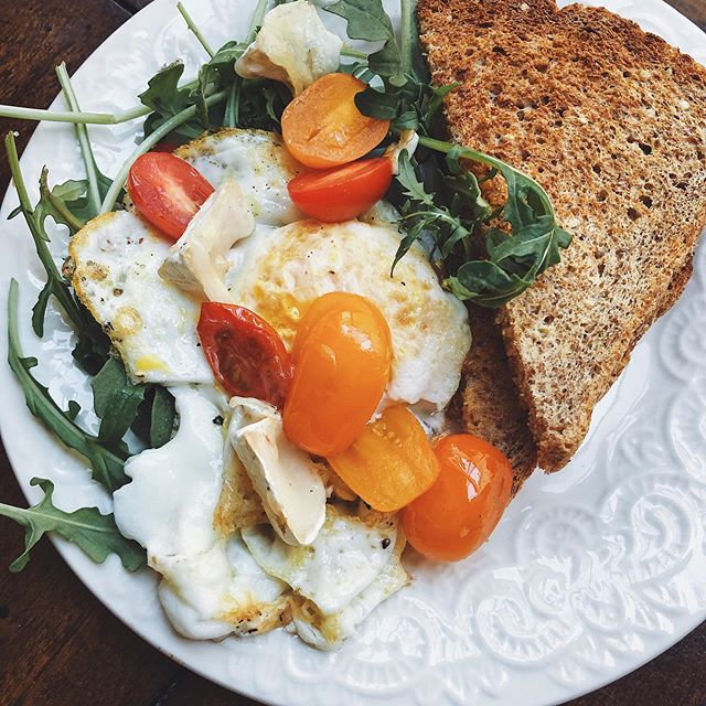 that's the thing about breakfast, is it's good anytime of day! (kinda like pizza) I made an over medium egg with grape tomatoes, arugula and sprouted ezekiel toast with pan fried goat milk brie 🌞 #eatprettywitherika #pairedwithsunshine