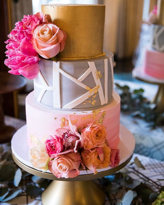 You really blew my mind with this one @ambrosiacakestucson 💕 I was so excited to see this beauty come to life with the help of @petalspetalspetals and a fun linen backdrop from @latavolalinen - what a beauty!!! Thanks for the beautiful pic, @thegawnes #weddingcake