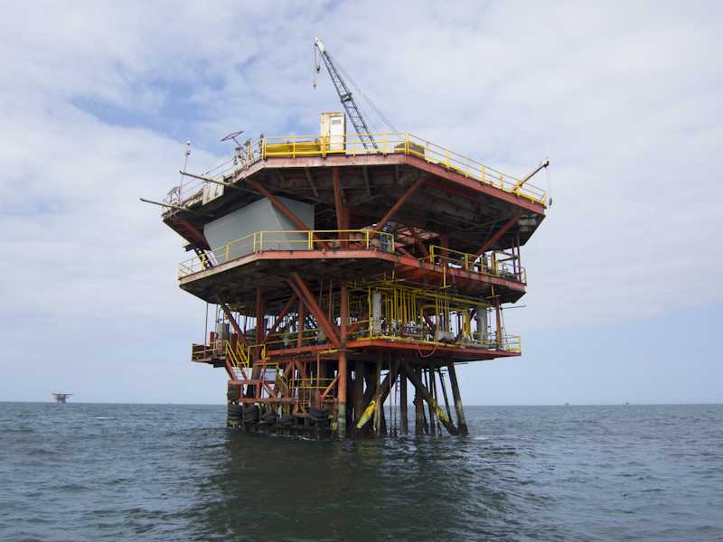 An oil platform off the Lobitos coast. Photo: Gary Parker.