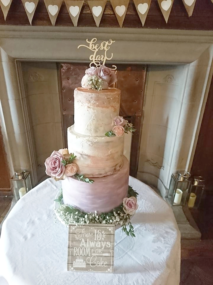 Here we have mixed tiers of buttercream and sugarpaste, for a beautiful rustic style at  Rowallan Castle