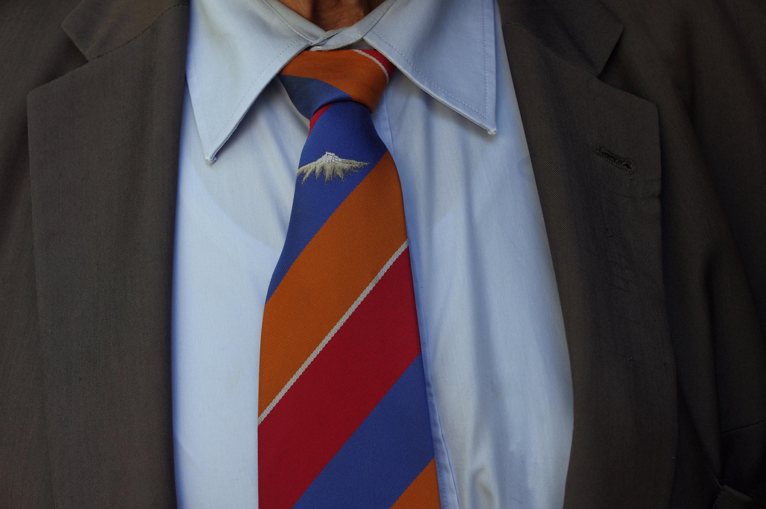Une cravate fabriquée sur mesure par le monsieur qui la porte.
