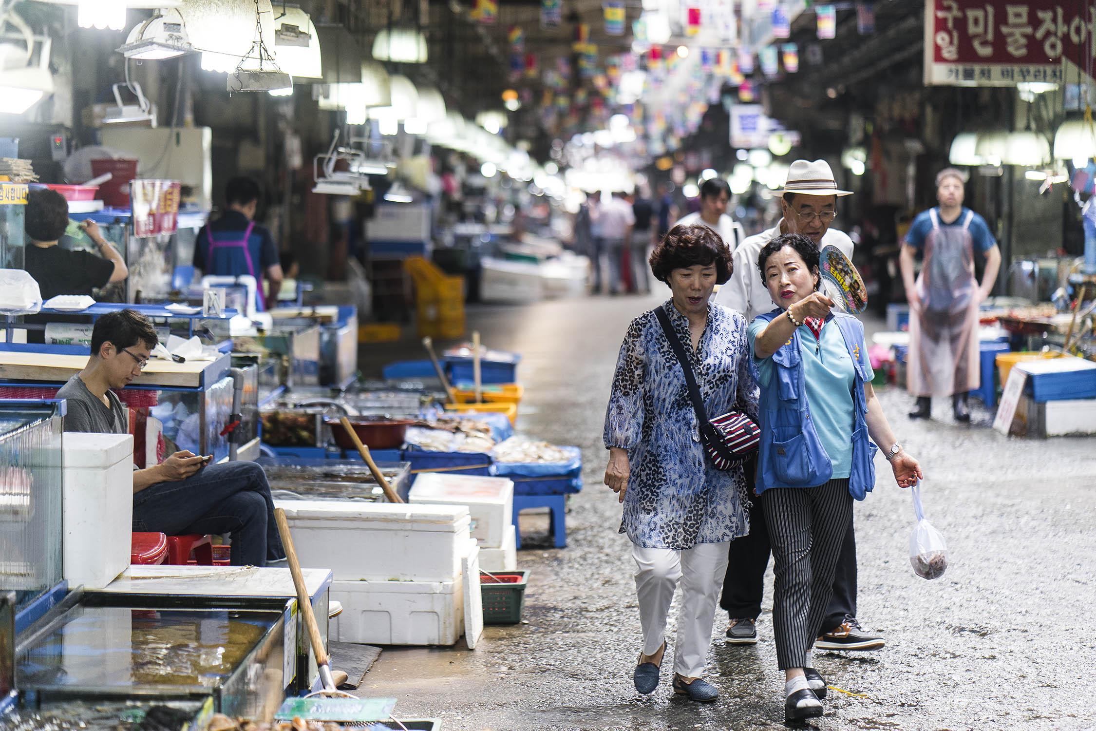 noryangjin fish market customers