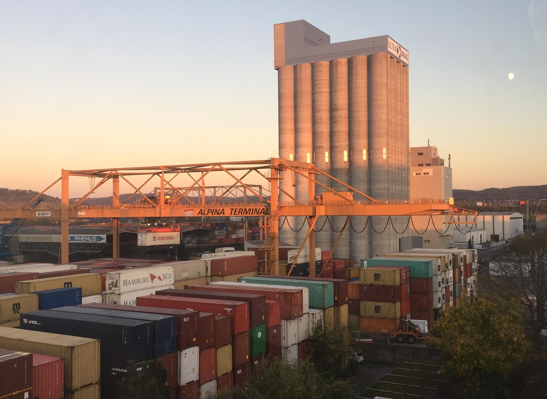 Ich gebe zu: Die Sonnenuntergänge mit Containerkulisse sind beim Kleinhafen unschlagbar.