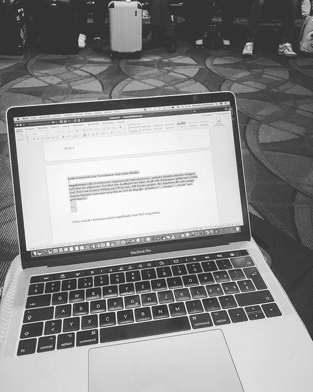 Auch am Gate lässt es sich arbeiten. #lax #losangeles #sbb @supertext_team