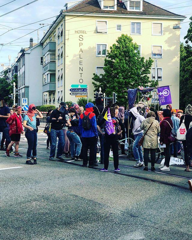 der @frauenstreik_ch beginnt! unterwegs für die @bzbasel.ch. #reportage #demo