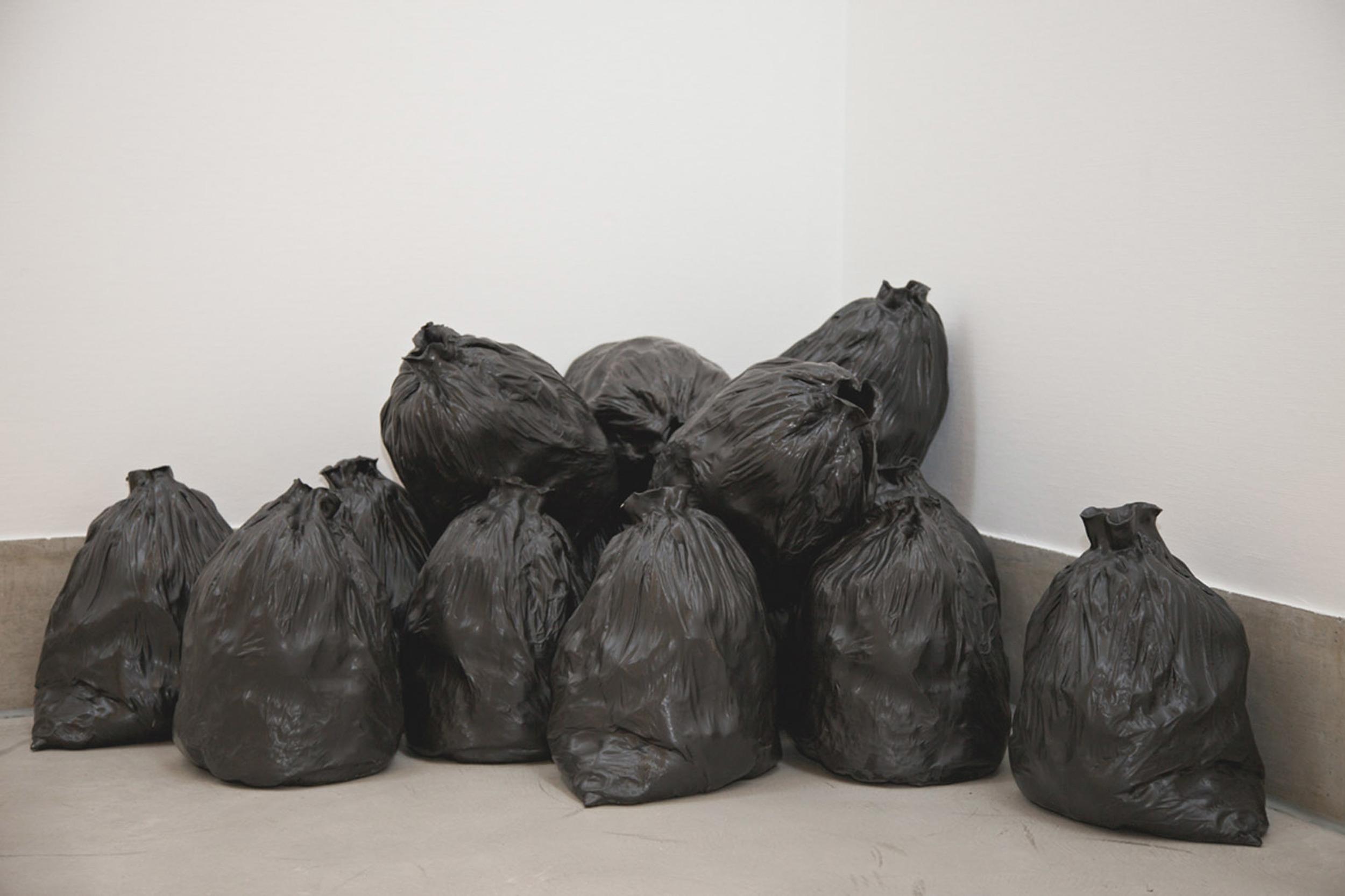 """Maude Schneider, """"Garbage"""", grès de coulage engobé/émaillé, 160 x 110 x 75 cm, 2011."""