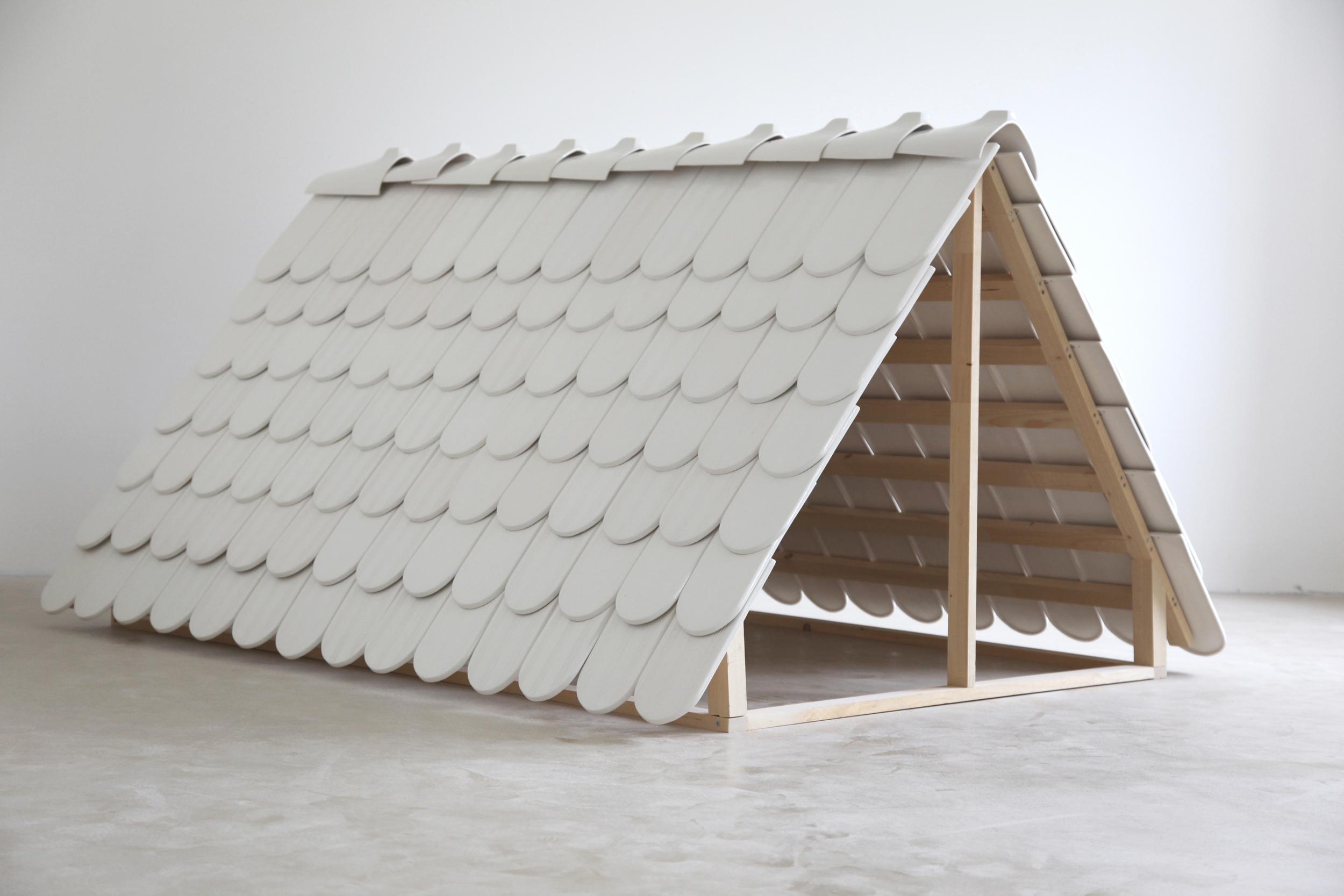 """Maude Schneider, """"Roof"""", faïence de coulage, émail, bois, 213 x 171 x 117 cm, 2012, édition: 1"""