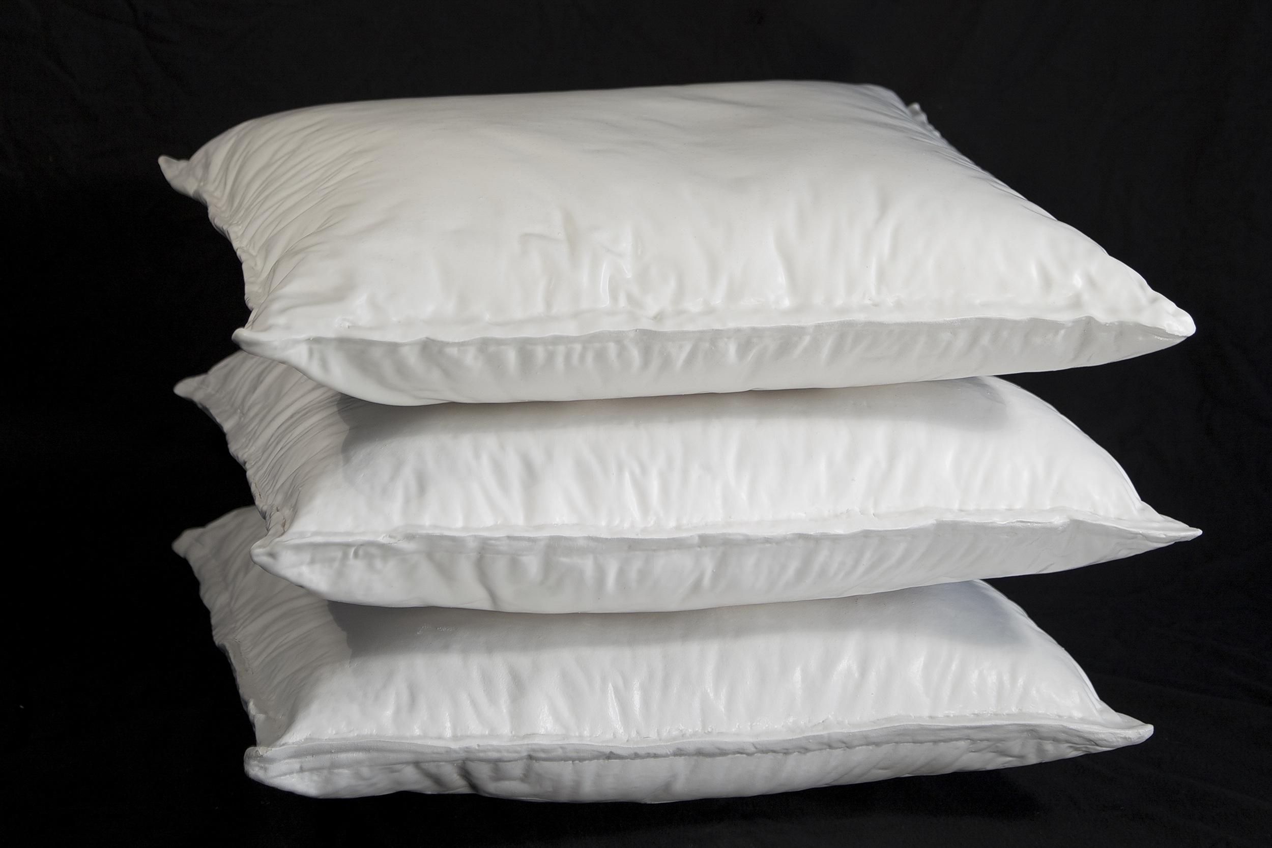 """Maude Schneider, """"Pillow"""", grès, engobe porcelaine-faïence, émail, 45 x 40 x 36 cm, 2015, édition: 3"""