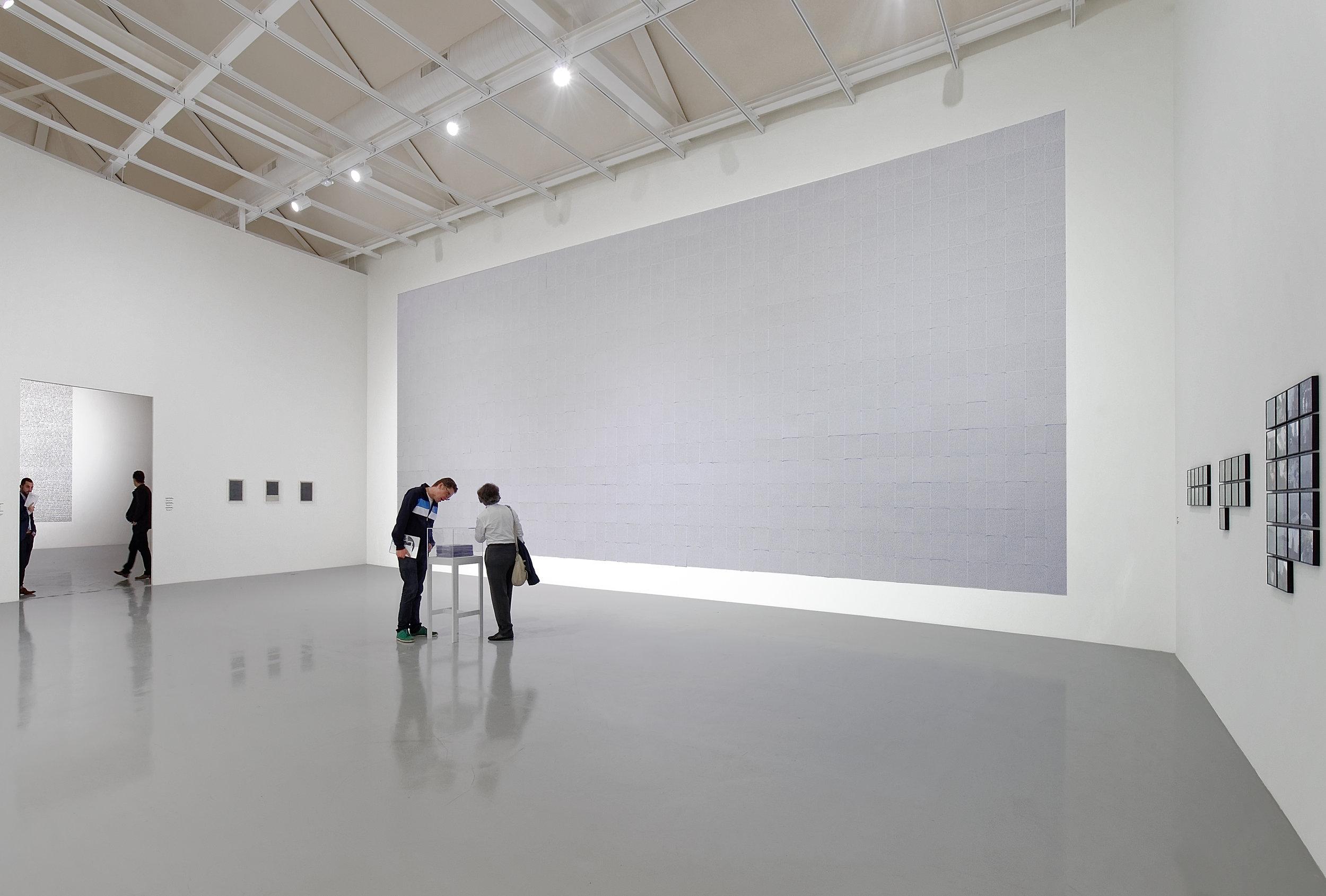 Jean-Christophe Norman, «La recherche », installation: ensemble de 983 feuilles A4, originaux dans une vitrine et photocopies épinglées sur le mur (2010-2014), 11 x 06 m, Frac Franche-Comté, 2014