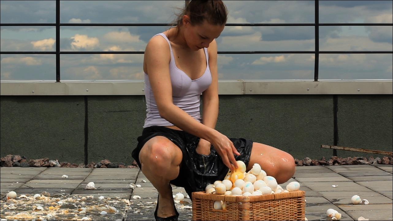 """Polina Kanis, """"EGGS"""", Videostill, 2010."""