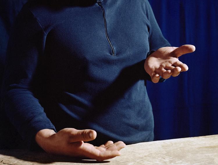 """Anne Golaz, """"Looking down at his hands (After M.Borremans)"""", de la série """"Corbeau"""", 2004-2017."""