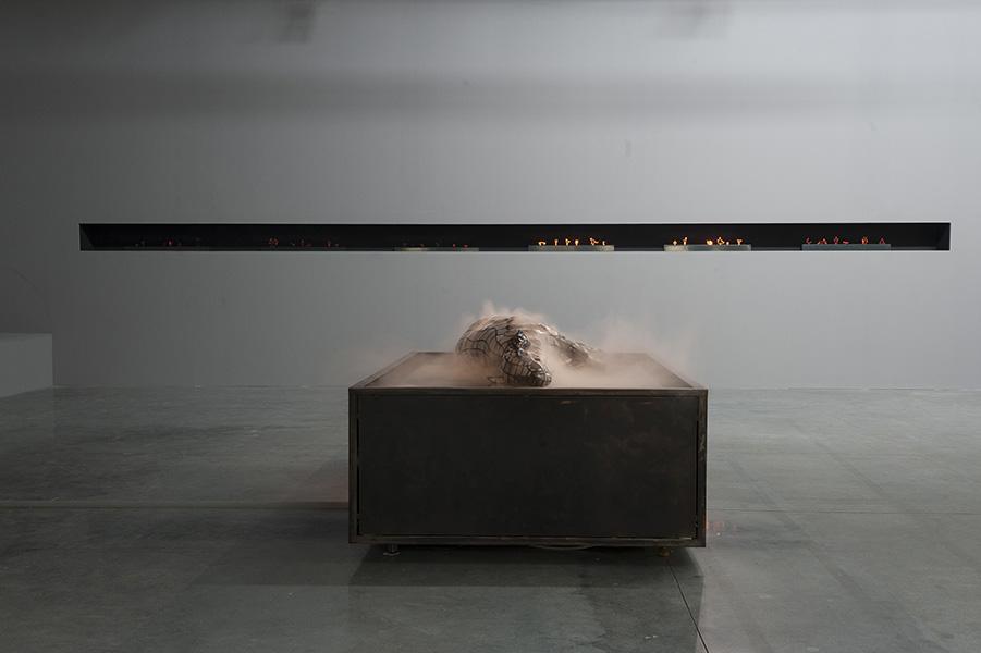 """Nicolas Darrot, """"Misty lamb"""", Acier, résine polyester, nébuliseurs, 26,5 x 112,5 x 66,5cm, 2016. Photo © Lionel Catelan"""