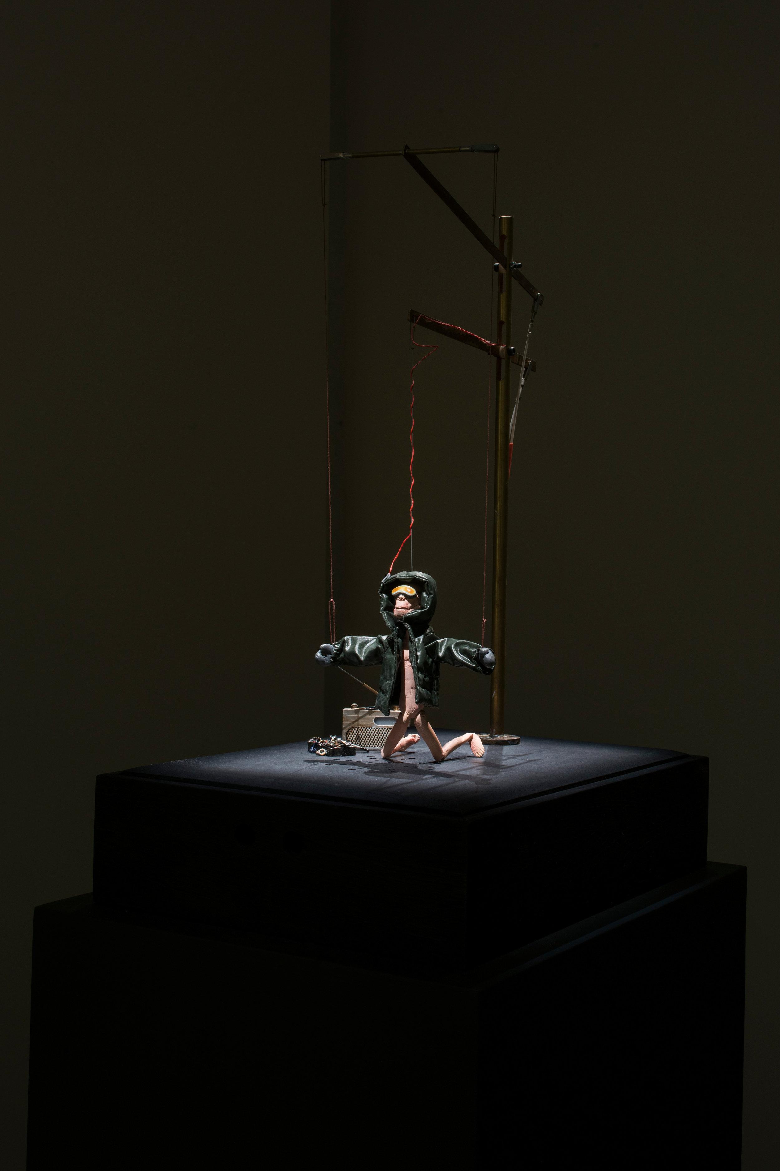 """Nicolas Darrot, """"Spleen de l'électron"""", matériaux divers et servomoteurs, dispositif sonore, 35 x 60 x 45 cm, 2017."""