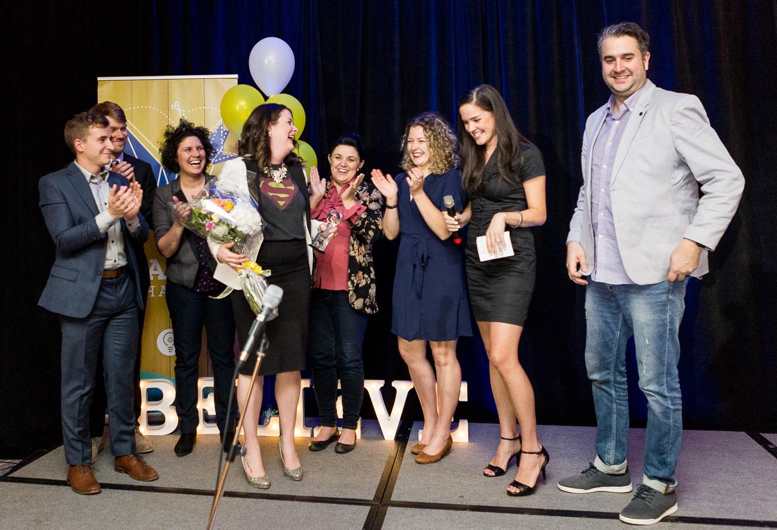 Sarah au gala du DEJ 2018 et son équipe organisatrice.