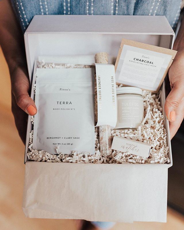 Do you ever run out of gift ideas that are creative to send to your friends for special occasions? I just discovered @masonandmarket a SF based gifting company with the most adorable curated gifts. This box is the petite retreat that includes a charcoal face mask, bergamot & sage body polish, lavender bath soak, coconut & sage candle with matches. Let me tell you, after a long few weeks this box came to my rescue for a little treat-yo-self night in. Be sure you head to #masonandmarket to take a peek at the rest of their super cute gifts.