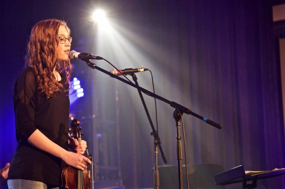 Vivianne Ouellet - chant, piano, violon et guitare.