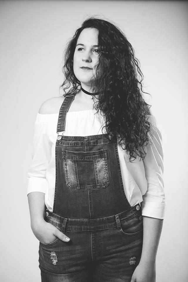 Allyson Pétrin - Discipline enseignée : ChantFormation : D.E.C en Chant pop Jazz du Cégep de Drummondville (profil Interprétation et profil Composition et Arrangement) Finissante de l'école Nationale de la chanson de GranbyEnseigne depuis : 2016Cheminement musical : Née à Drummondville dans une famille d'artistes, Allyson Pétrin baigne dans la musique depuis son plus jeune âge. Ayant accumulé de l'expérience tant sur scène qu'à la télévision, elle participe à l'émission Un Air de Famille en 2014 et Unis par le chant en 2016, en plus de se produire sur la scène du Festival de la Poutine de Drummondville en première partie des Cowboys Fringuants en 2016 et sur la scène de la Fête nationale du Québec à Montréal en 2017. Elle aura eu la chance de travailler entre autre avec Daniel Boucher, Johanne Blouin, Bruno Pelletier, Philippe Brach, Brigitte Boisjoli. Plus récemment, elle a été choriste avec Jérôme Couture sur le nouvel album de Marc Dupré.
