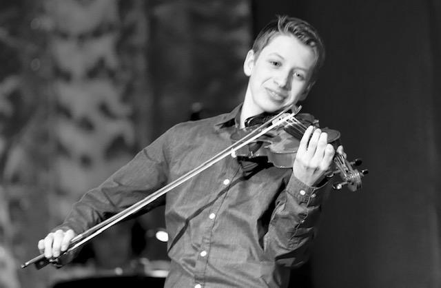 Émilien Durocher - Discipline enseignée : ViolonFormation : 10 ans de formation de violon en privéEnseigne depuis : 2018Dès l'âge de 3 ans, Émilien manifeste de l'intérêt pour la musique et spécifiquement pour le violon. À 5 ans il débute des cours privés à l'Avant Scène. Depuis, il continue de perfectionner sa technique et parfaire ses apprentissages avec différents enseignants. Étudiant en violon classique, il se passionne surtout pour la musique traditionnelle, ce qui l'amène à développer l'apprentissage de pièces « à l'oreille ». Il aura l'occasion de mettre cette capacité en application à l'été 2019 lors de formation en trad avec les violonistes ; Louis-Simon Lemieux, Stéphanie Lépine et André Brunet.Son parcours professionnel le pousse à participer et remporter plusieurs concours soit; 1ère place de Primaire en spectacle, Québec en scène, Secondaire en spectacle et gagnant du prix du jury en 2018 ainsi que le chœur de la montagne de l'école Vincent d'Indy.Il se produit également en 2017 à St-Hyacinthe en 1ère partie de Virtuose avec Grégory Charles, il participe au spectacle des Cowboys Fringants au centre des arts Juliette-Lassonde en 2017 et il fait la première partie du groupe invité au Rendez-vous de Cigales de Beloeil en 2019.Emilien a comme objectif de transmettre son amour du violon aux gens de tous âges.