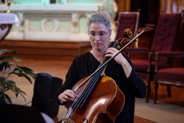 Isabelle Kaprolat - Discipline enseignée : VioloncelleFormation : BACC en interprétation de l'Université de Montréal et DESS de l'Université ConcordiaEnseigne depuis : 1990Isabelle commence le piano à l'âge de 6 ans puis poursuit avec la flûte traversière et la guitare classique pour ensuite se consacrer au violoncelle. En 1991 elle obtient son baccalauréat en interprétation de l'Université de Montréal et en 1994 un diplôme d'étude supérieure: Advanced Music Performance Studies de l'Université Concordia sous la direction de Yuli Turovsky.Entre 1991 et 1994, elle suit des cours de Maître au centre d'Art Orford et des cours de musique de chambre à Alfred University aux États Unis avec Joseph Fuchs, Dorothy Lawson, Henri Brassard et Suzanne Green.Depuis 1990, elle enseigne le violoncelle dans plusieurs écoles de l'Estrie et de la Montérégie, collabore avec plusieurs chorales, orchestre, joue dans différentes formations en tant que chambriste.