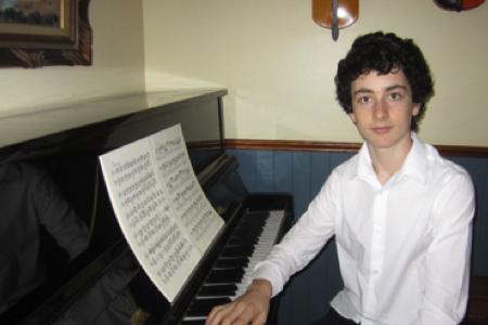 Émile Dufour - Discipline enseignée : PianoFormation: 11 ans de cours et de perfectionnement au près de son père musicien professionnel et d'Annick Champagne.Conjointement à sa passion pour le piano, il a développé au cours de ses années d'études au secondaire un véritable intérêt pour la musique jazz. Dès son arrivée à la Polyvalente Hyacinthe-Delorme, il s'est impliqué dans le Jazz Band comme tromboniste et soliste. En 2019, il a remporté avec cette formation le prestigieux prix «Honour Award» du Music Fest Canada. Lors de ses trois années de participation au Jazz Band de l'école, l'ensemble a aussi remporté de nombreux prix tels que: l'or au Jazz Fest Provincial en 2017-2018-2019 ainsi que l'or au Music Fest National à Niagara Falls en 2017.