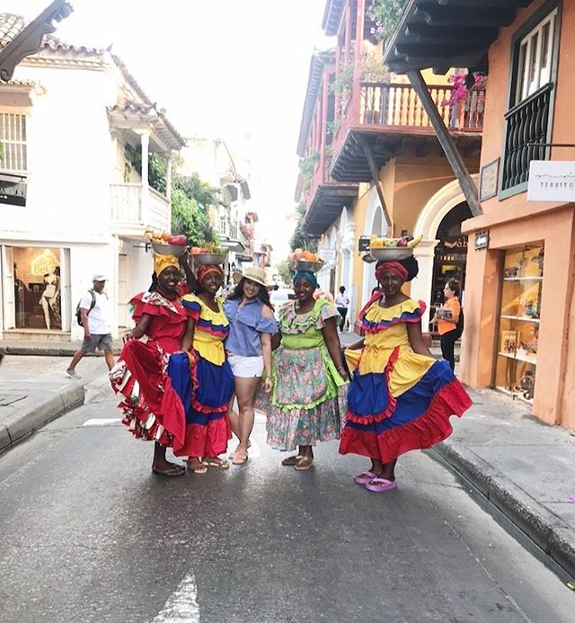 You know? Just being a tourist 🤷🏻‍♀️ . . . #Colombia #Cartagena #WalledCity #historicdowntowncartagena #myitinerary #traveltheworld #travelholic #tourist #SouthAmerica #Voyadi #iamtb #TravelRepost #traditionalwear #vscocam #instagood #instatravel #welltraveled #cobblestreets #cartagenacolombia #cartagenatravel