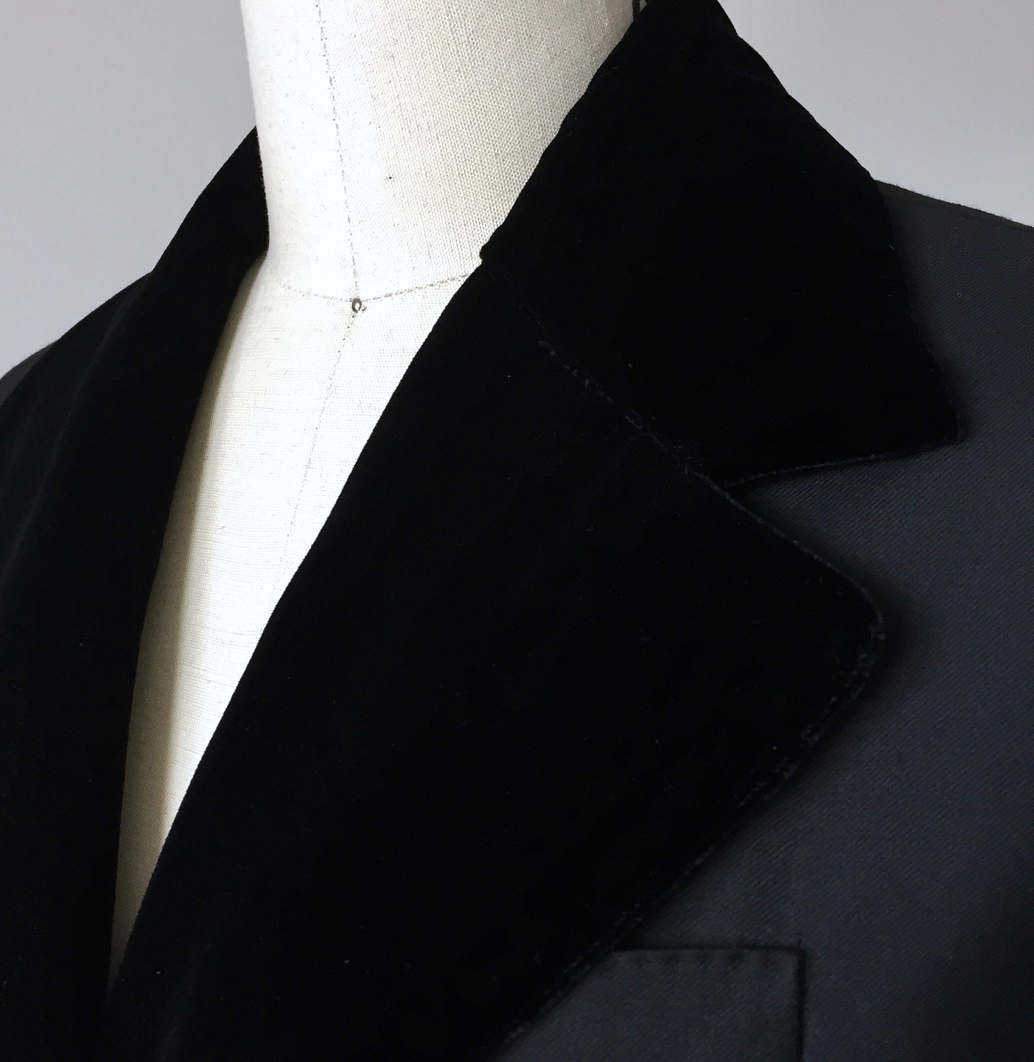 CURVED - HAND-TAILORED COAT.